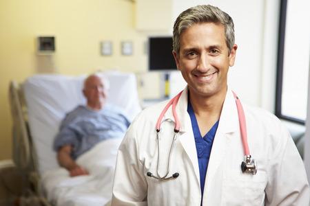 männchen: Porträt von männlichen Arzt mit Patienten in der Hintergrund