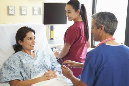 reassurance: Enfermero Hablar con el paciente femenino habitaci�n en el hospital Foto de archivo