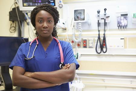 personnes noires: Portrait de Infirmi�re dans la chambre d'urgence