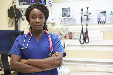 mujeres negras: Retrato De Enfermera en la sala de emergencias