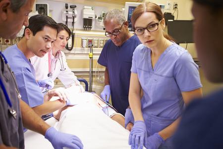응급실 환자에서 근무하는 의료 팀 스톡 콘텐츠