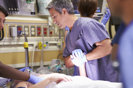 emergencia medica: Equipo médico en el trabajo paciente en la sala de emergencia Foto de archivo
