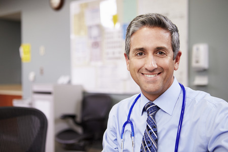 ナース ステーションで働く医師の肖像画