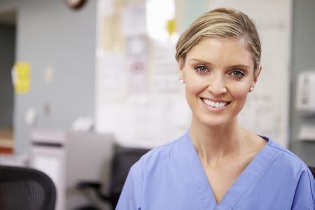 ナース ステーション勤務の女性看護師の肖像 写真素材
