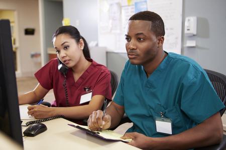 Macho e fêmea enfermeira que trabalha na Posto de Enfermagem