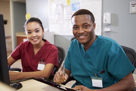 ナース ステーションで働いている男性と女性の看護婦