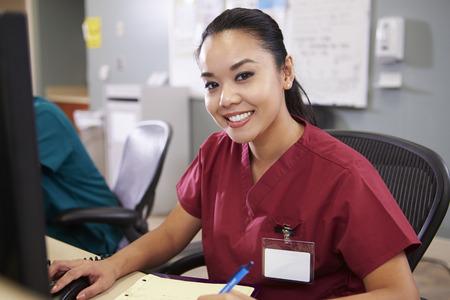 역 간호사에서 일하는 여성 간호사의 초상화 스톡 콘텐츠
