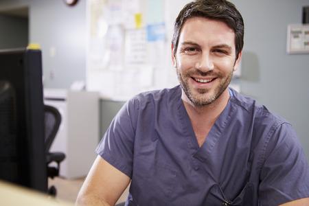 Portret van mannelijke verpleegkundige werken op de Verpleegkundigen Station Stockfoto