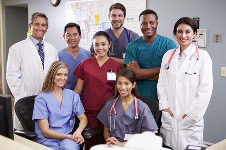 간호사 역에서 의료 팀의 초상화
