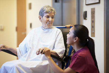수석 여성 환자 간호사 휠체어 추진되고 스톡 콘텐츠