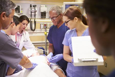 緊急治療室の患者に医療チーム