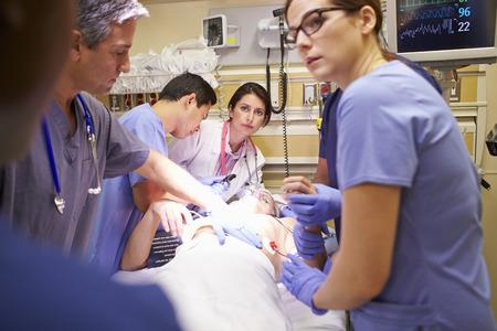 accidente trabajo: Equipo médico en el trabajo paciente en la sala de emergencia Foto de archivo
