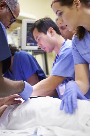 in emergency: Equipo m�dico en el trabajo paciente en la sala de emergencia Foto de archivo