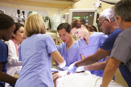 urgencias medicas: Equipo m�dico en el trabajo paciente en la sala de emergencia Foto de archivo