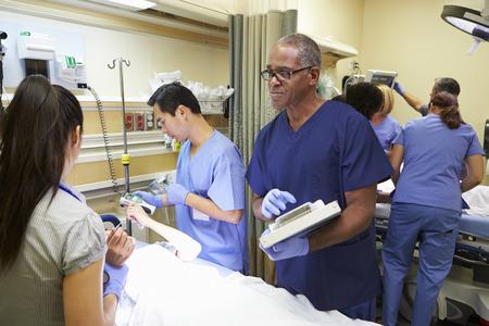 Medical team di lavoro sul paziente in Pronto Soccorso Archivio Fotografico - 31022164