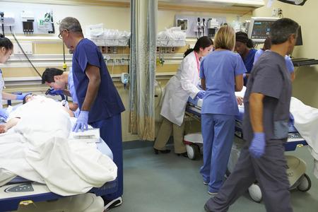 hospitales: Equipo m�dico en el trabajo paciente en la sala de emergencia Foto de archivo