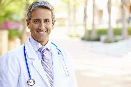 屋外の肖像画の男性医師