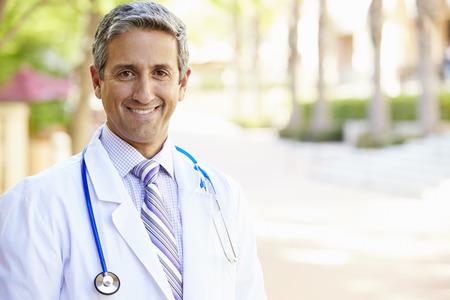 야외 세로 남자 의사