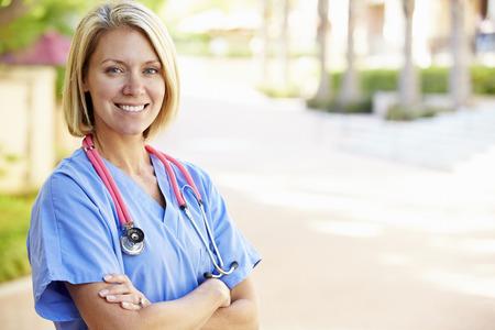 야외 초상화 여성 간호사 스톡 콘텐츠