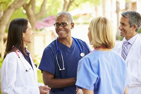 야외에서 토론하는 의료 팀