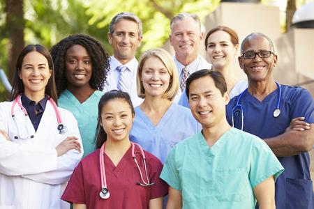 grupo de médicos: Retrato al aire libre del equipo médico Foto de archivo