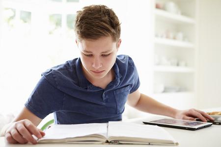 adolescentes estudiando: Adolescente que estudian usando la tableta digital en el hogar Foto de archivo