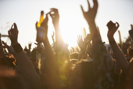 concierto de rock: Multitudes se goza en el Festival de Música al aire libre Foto de archivo