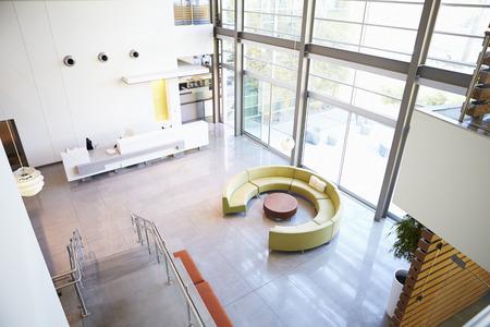 近代的なオフィスに空のレセプション エリア
