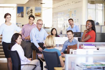 현대 개방형 사무실에서 회의를 갖는 기업인