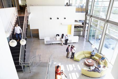 人々 と現代オフィスビルのレセプション エリア