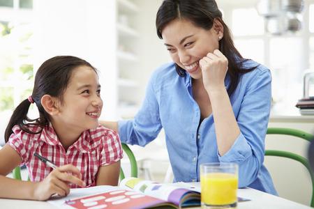 母を助ける娘の宿題を