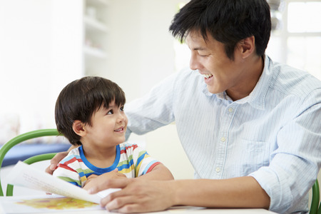 Zoon vader helpen met huiswerk Stockfoto