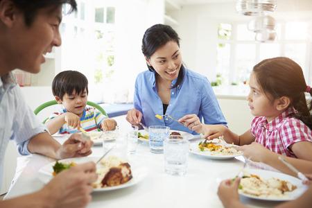 Asiatisk Familj sitter vid bordet äta måltid tillsammans Stockfoto