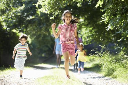 hombres corriendo: Familia asiática disfruta de la caminata en Campo