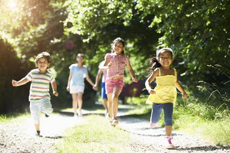 田園地帯での散歩を楽しんでアジアの家族 写真素材