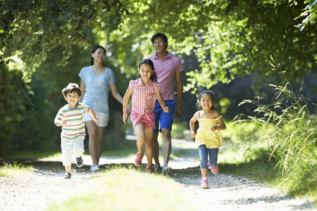 famille: Famille asiatique B�n�ficiant Walk In Campagne