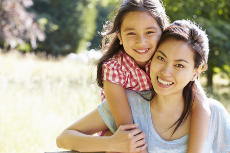 Retrato de la madre asiática e hija en Campo