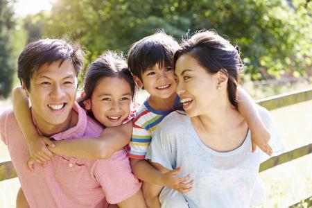가족: 여름 시골에서 아시아 가족 즐기는 산책