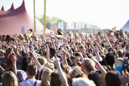 concierto rock: Multitudes se goza en el Festival de M�sica al aire libre Foto de archivo
