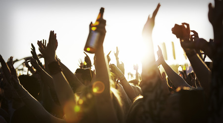 Menigten genieten van zichzelf op Outdoor Music Festival Stockfoto