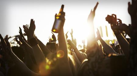 botellas de cerveza: Multitudes se goza en el Festival de Música al aire libre Foto de archivo