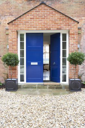 Vor der Tür des modernen Haus Standard-Bild