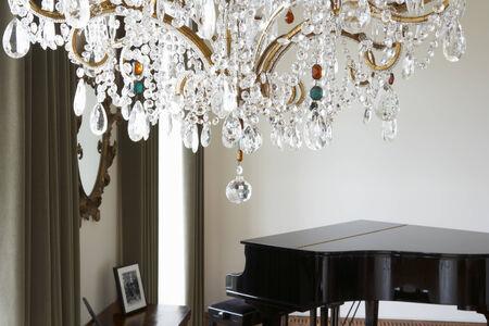 piano de cola: Habitación En Casa Moderna Con Araña Y Piano de cola Foto de archivo