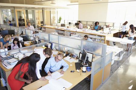 trabajadores: Interior de la oficina moderna y abierta Ocupado