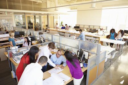trabajando: Interior de la oficina moderna y abierta Ocupado