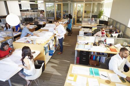 personas trabajando en oficina: Interior de la oficina moderna y abierta Ocupado