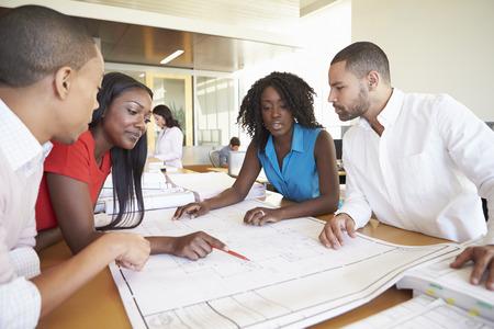 Groupe d'architectes de discuter des plans Au bureau moderne Banque d'images - 31047450