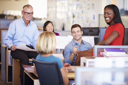 trabajadores: Los empresarios que tienen reuni�n en la oficina moderna y abierta