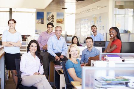 personas trabajando en oficina: Retrato de empresarios en Oficina abierta moderna