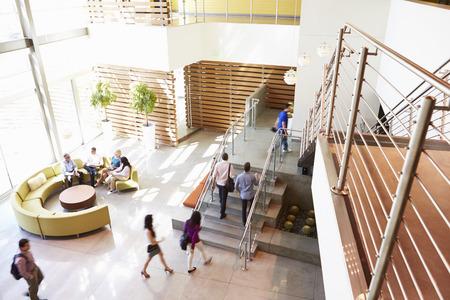 Área de recepção do edifício de escritório moderno com pessoas